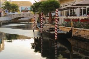 La Isla Mall Canal